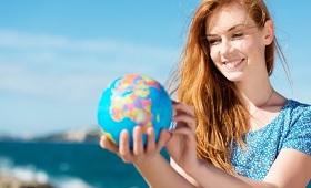 Auszubildende mit Globus
