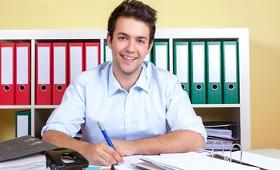 Auszubildender zum Bürokaufmann arbeitet im Büro
