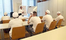 Ausbilderin an der Akademie des Deutschen Bäckerhandwerks mit Azubis