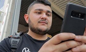 Auszubildender mit Smartphone
