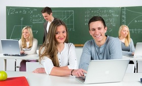 Berufsschüler lernen am Laptop