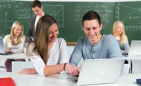 Berufsschüler mit Laptops
