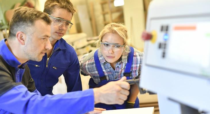 DIHK-Ausbildungsumfrage: Betriebe setzen trotz Krise auf Fachkräftesicherung