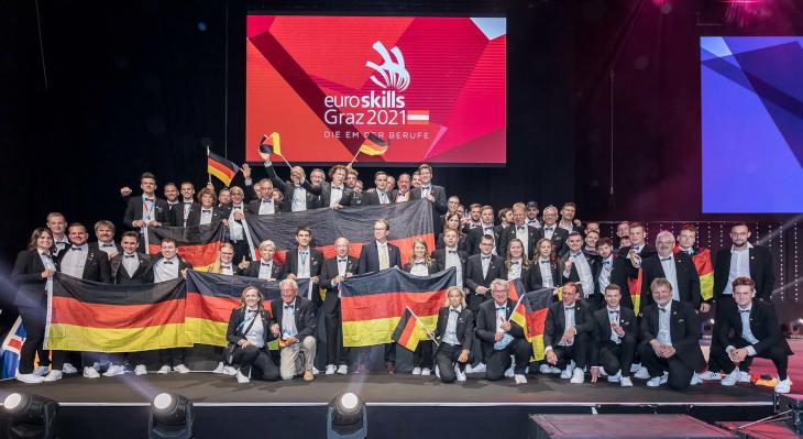 Deutsche Delegation bei Siegerehrung der EuroSkills 2021 in Graz