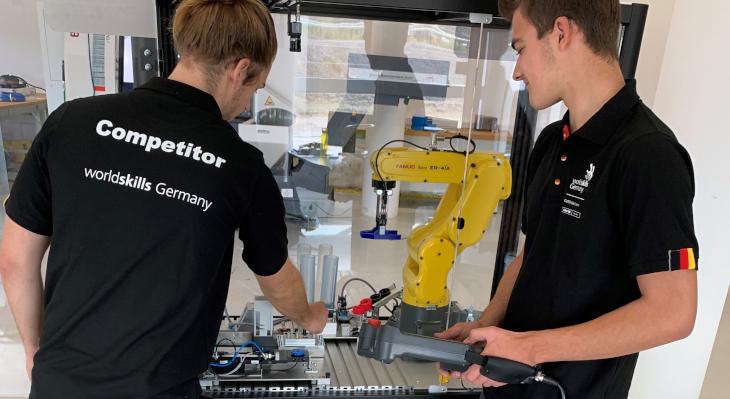 Lars Jahnke (li.) und Cedric Schramm treten in der  Disziplin Robot Systems Integration an