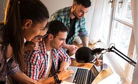 Jugendliche schauen auf einen Laptop-Computer