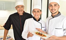 Junge Köche präsentieren Ausbilder ein Gericht
