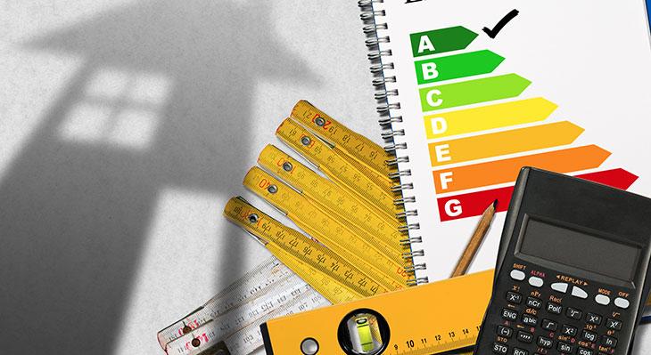 Energieeffizienzklasse mit Rechner und Haus