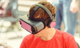 Azubi mit VR-Brille