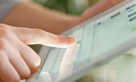Finger berührt Bildschirm eines Tablet PC