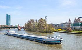 Frachtschiff auf dem Main bei Frankfurt