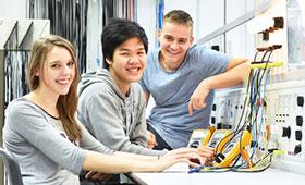 Jugendliche und Lehrer in der Berufsausbildung