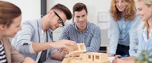 Auszubildende lösen gemeinsam eine Aufgabe