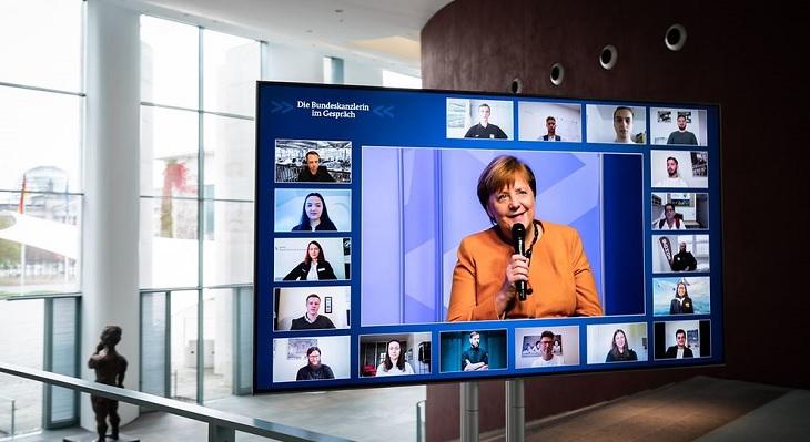 Kanzlerin Merkel im Gespräch mit Auszubildenden