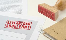 abgelehnter Asylantrag mit Stempel