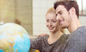 Zwei Auszubildende betrachten einen Globus