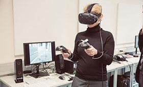 Frau mit Social-Virtual-Datenbrille