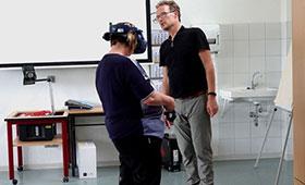"""Eine Ausbilderin probiert zum ersten Mal die VR-Brille """"HTC VIVE"""""""