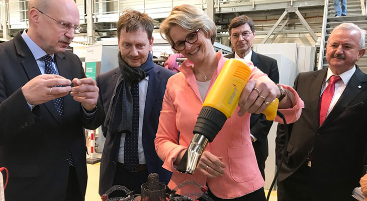 Bundesforschungsministerin Anja Karliczek testet smarte Materialien