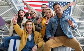 Junge Leute vor USA-Flagge